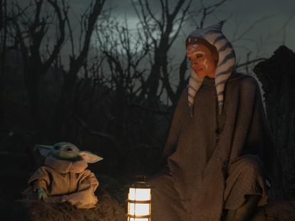 El personaje de Grogu y Rosario Dawson como Ahsoka en la segunda temporada e 'The Mandalorian'.