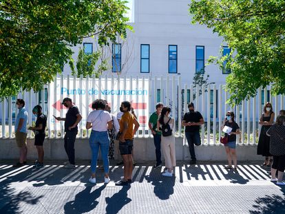 Personas en espera de vacunarse a las puertas del Hospital Isabel Zendal, este lunes en Madrid.
