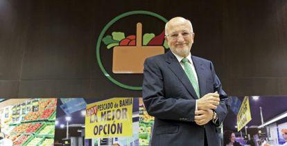 El presidente de Mercadona, Juan Roig, posa para los medios durante la presentación de los resultados de la empresa.