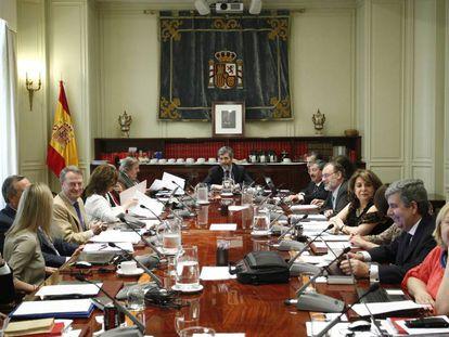 Carlos Lesmes (fondo), presidente del Consejo General del Poder Judicial, en una imagen de 2014.