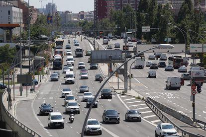 Tráfico denso en la avenida de la Meridiana de Barcelona.