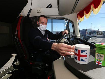 Un camionero del Grupo Fuentes, una de las empresas que más viajan al Reino Unido, en su sede de Murcia, esta semana.