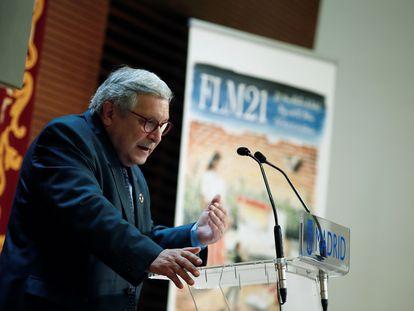 El director de la Feria del Libro, Manuel Gil, interviene en la presentación de la 80.ª edición del evento, que se celebrará del 10 al 26 de septiembre en El Retiro.