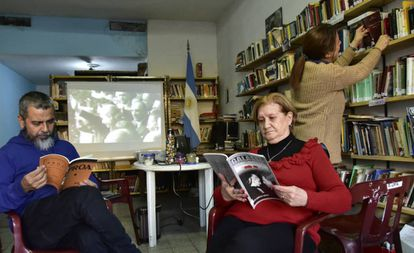 Lectores en la biblioteca popular Manuel Ugarte, en Parque Chacabuco.