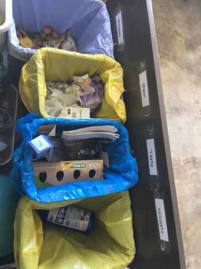 El etiquetado en los cubos de reciclaje de la familia de Lucía Álvarez.
