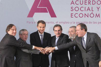 El presidente del Gobierno y los agentes sociales, el pasado mes de febrero.