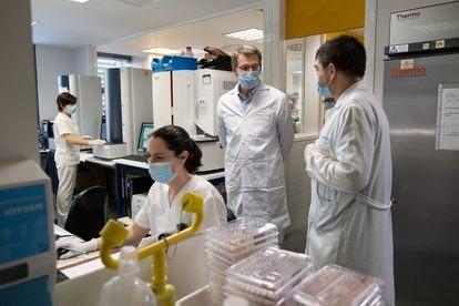 El presidente de la Xunta, Alberto Núñez Feijóo, en una visita al laboratorio de microbiología del Complejo Hospitalario Universitario de A Coruña