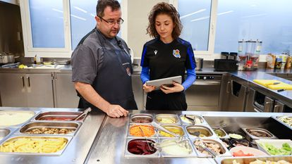 La nutricionista de la Real Sociedad, Virginia Santesteban, junto al cocinero del club, Jhony Porto.