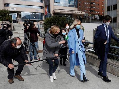 La expresidenta de madrileña Cristina Cifuentes sale de la Audiencia Provincial de Madrid, después de que se hiciera público que el tribunal ha absuelto a la expresidenta regional en el caso Máster, en el que estaba acusada de inducir la falsificación del acta de su trabajo de fin de estudios.