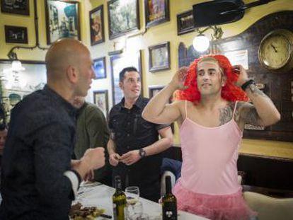La capital catalana acoge cada año, entre marzo y julio, a miles de grupos internacionales que celebran la tradicional fiesta previa al matrimonio