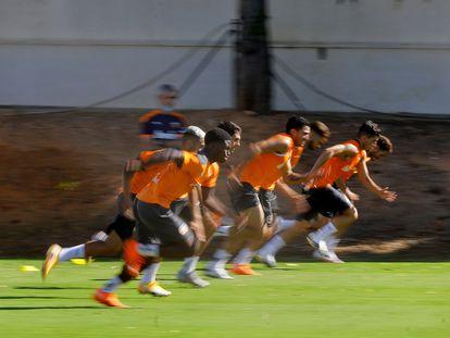 Los jugadores del Valencia CF durante el entrenamiento que han realizado este lunes en la ciudad deportiva del club en Paterna.