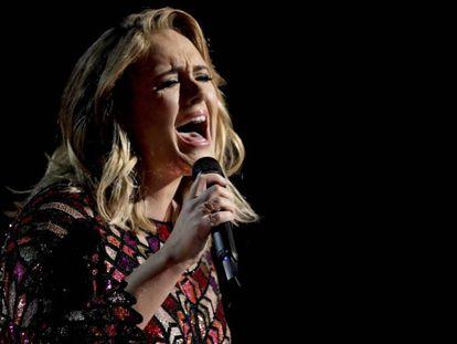Adele canta 'Hello' en la última gala de los premios Grammy. En el vídeo, habla sobre la gira.