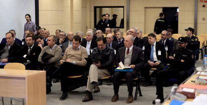 El expresidente de Bankia Rodrigo Rato (en el banquillo, a la derecha), junto al resto de acusados, durante la primera sesión del juicio por la salida a Bolsa de la entidad.