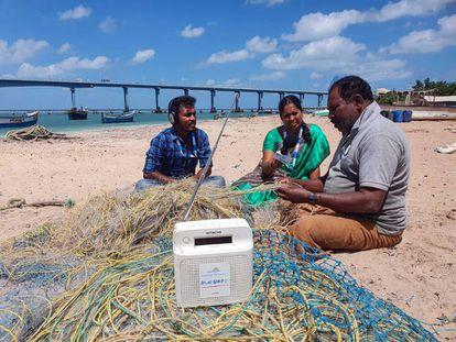 La radio perdida entre las redes forma parte del día a día de los pescadores de Pamban.