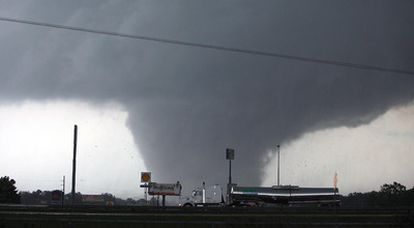 Las tempestades, que se han cobrado 173 vidas en cinco estados, dejaron franjas de destrucción desde Misisipí a Georgia, y devastaron la ciudad de Tuscaloosa, en Alabama. En la imagen un tornado se acerca a esta ciudad.
