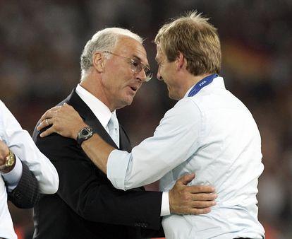 Beckenbauer felicita a Klinsmann durante el Mundial de Alemania 2006.