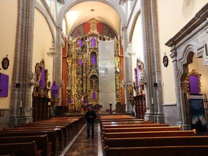 Iglesia católica en Ciudad de México, con las imágenes cubiertas.