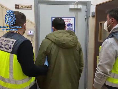 El detenido por dar una paliza a su exnovia, de 16 años, a su entrada en los calabozos.