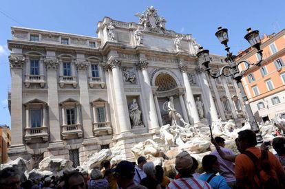 Varios turistas visitan la Fontana de Trevi en Roma.