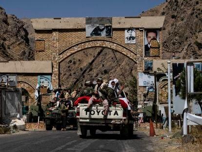 Un convoy de talibanes entran en la ciudad de Bazarak, en el valle del Panshir.