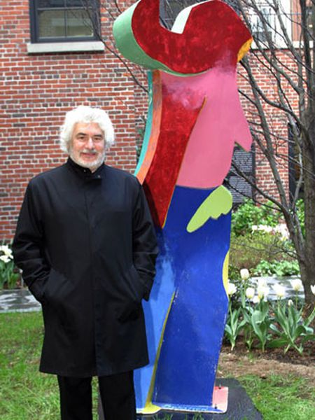 Cristóbal Gabarrón, ante su escultura 'Dulcinea', colocada en 2005 en Nueva York.