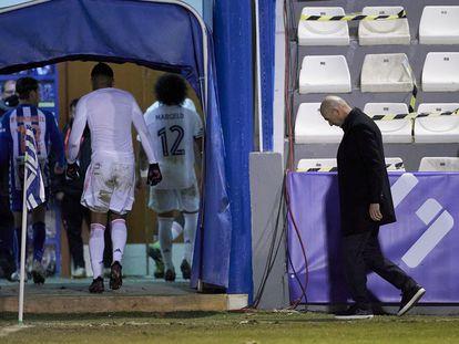 Zidane deja el campo tras caer ante el Alcoy.