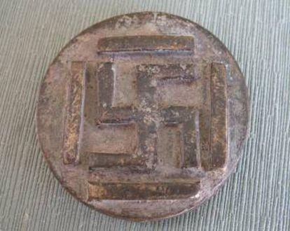 Pesa de Costa de Marfil del siglo XIX. Se utilizaba para calcular el valor del oro en una balanza y tiene representada la esvástica del sánscrito del siglo V a.d.C.