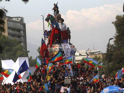 Manifestantes protestan en Chile contra Sebastián Piñera.