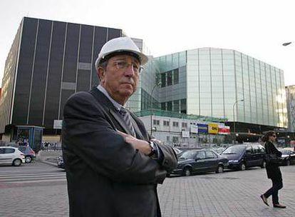 El arquitecto Juan Navarro Baldeweg, frente a las obras del Teatro del Canal.