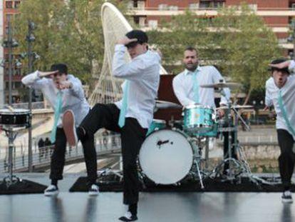 Una representación de 'Drumbreak', a cargo del grupo Deabru Beltzak.