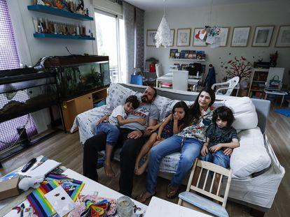 Ana Belen Nieto y Eladio, su marido, con sus tres hijos en su casa.