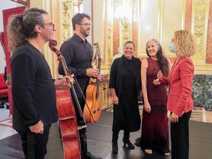 Meritxell Batet (a la derecha) conversa con la bailaora María Pagés (a su derecha) e integrantes de su centro coreográfico, este viernes en el Congreso.