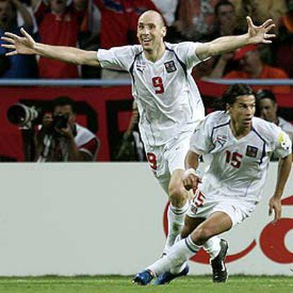 Koller y Baros celebran un tanto contra Holanda.