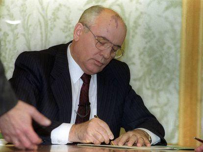 Gorbachov firma su renuncia el 25 de diciembre de 1991.