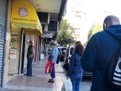 Vecinos de Alcorcón hacen cola en una pastelería