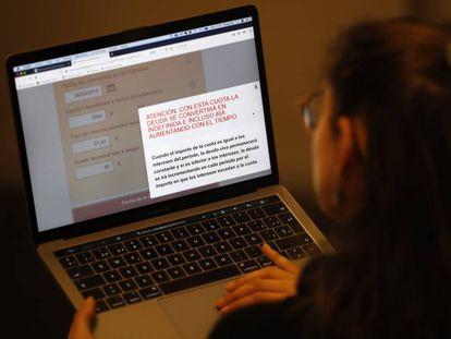 Una usuaria consulta el simulador de crédito 'revolving' en la web del Banco de España.