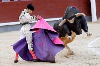 Fernando Robleño, ante el toro 'Navarro' de Valdellán, el 9 de septiembre de 2018, en Las Ventas.