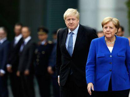 El primer ministro británico, Boris Johnson, y la canciller alemana, Angela Merkel, en Berlín.