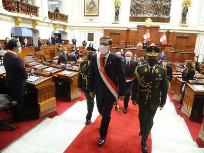 El presidente de Perú, Martín Vizcarra, sale del Congreso, este martes.
