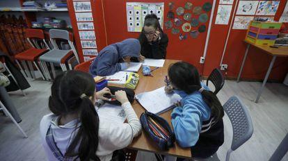 Varios niños en riesgo de exclusión social en un centro de Música por la Paz en el madrileño barrio de Usera.