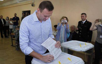 El político opositor Alexei Navalni deposita su papeleta en las elecciones municipales de Moscú este domingo.