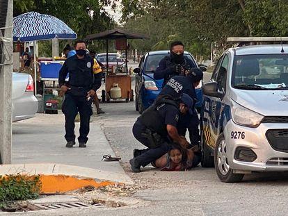 La  mujer fallecida  en el momento de ser sometida por la policía de Tulum, Quintana Roo, México. RS