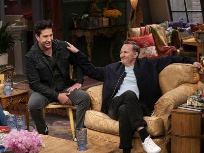 El actor Matthew Perry (derecha), junto a David Schwimmer en un momento del especial de 'Friends'.