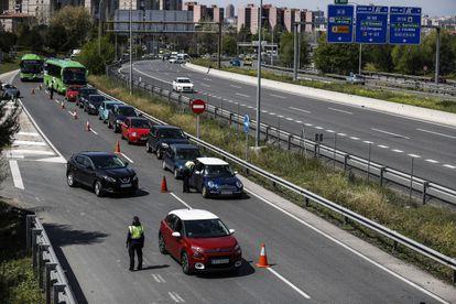 Controles policiales para evitar la salida de madrileños en Semana Santa, el pasado 28 de abril.