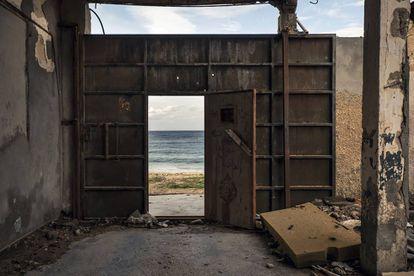 Una vieja fábrica de pescado en Sabratah que servía como embarcadero de migrantes y sede de una milicia dedicada al tráfico de personas, hoy expulsada de la ciudad.