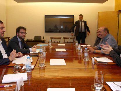 El vicepresidente, Oriol Junqueras, reunido con los secretarios generales de CC OO y UGT, Joan Carles Gallego y Camil Ros.