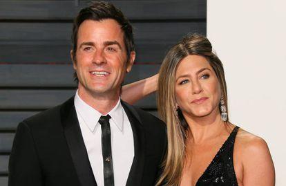 Jennifer Aniston y Justin Therouxen la fiesta de los Oscar de Vanity Fair en 2017.