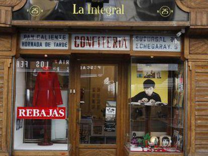 Fachada de La Integral, tienda de discos y objetos en la calle León que mantiene la tipografía de la confitería que ocupaba el local.