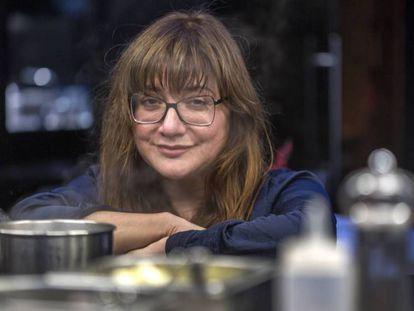 La cineasta Isabel Coixet en el restaurante de los hermanos Torres, en Barcelona. En vídeo, Laia Costa y Guillermo Pfening, protagonistas de 'Foodie Love', hablan sobre la serie.