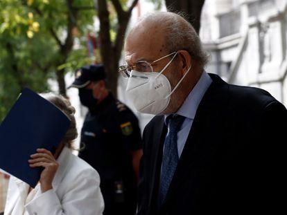 El magistrado del Tribunal Constitucional Fernando Valdés, investigado por maltrato a su mujer, fotografiado a su salida del Tribunal Supremo, donde compareció el pasado 1 de octubre.